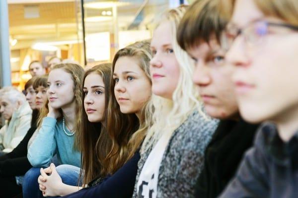 TIlaisuuden yleisönä parlamenttikerholaisia ympäri Suomea. Kuva: Ida Pimenoff