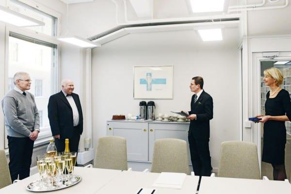 Säätiön hallituksen puheenjohtaja Kaius Niemi ja yliasiamies Ulla Koski luovuttivat kunniamerkit Pekka Anttoselle ja Kyösti Lamminpäälle.