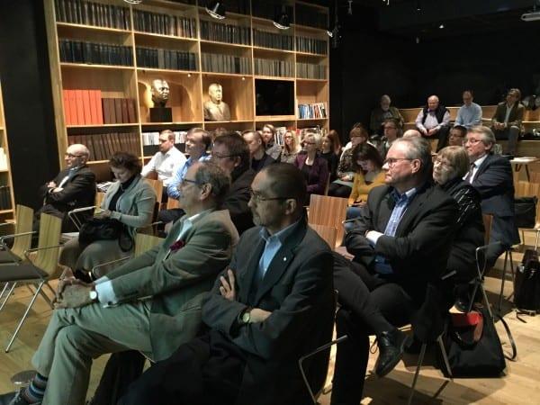 Lehdistönhistoriasta kiinnostunut yleisö täytti Päivälehden museon auditorion. Eturivissä professori Seppo Zetterberg ja toimittaja Antti Blåfield
