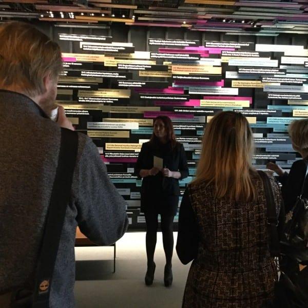 Päivälehden museon johtaja Saila Linnahalme tutustutti vieraat museon uuteen perusnäyttelyyn.