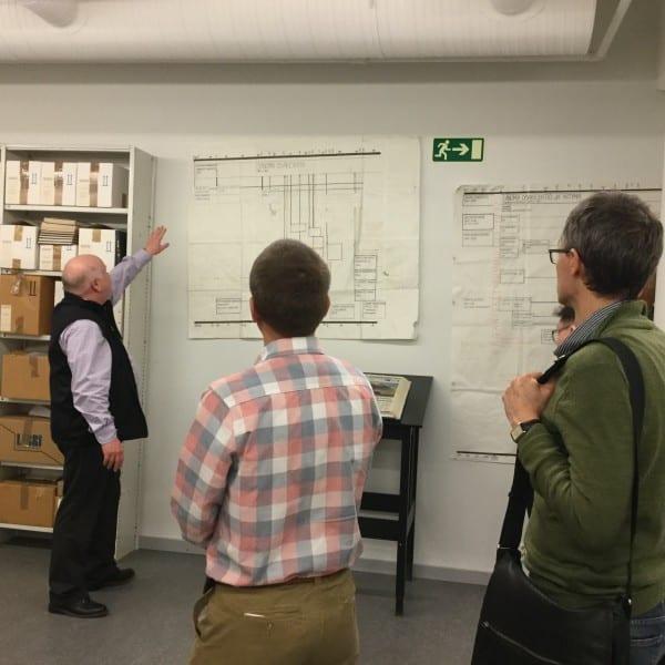 Päivälehden arkiston aarteisiin pääsi tutustumaan arkistomakasiineissa. Oppaana toimi arkiston johtaja Pekka Anttonen.