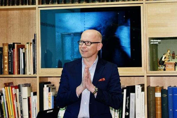 Viestintä- ja yhteiskuntasuhdejohtaja Tuomo Yli-Huttula johdatteli illan keskustelua.