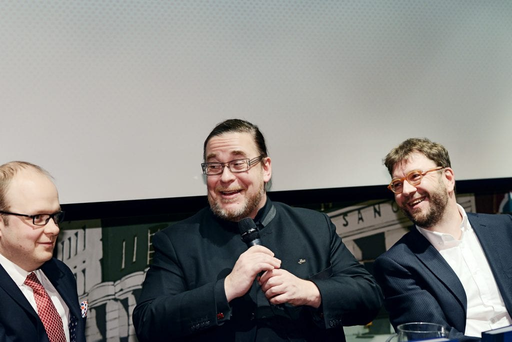 Kuvassa Esa Mäkinen, Jyrki Kasvi ja Timo Harakka.